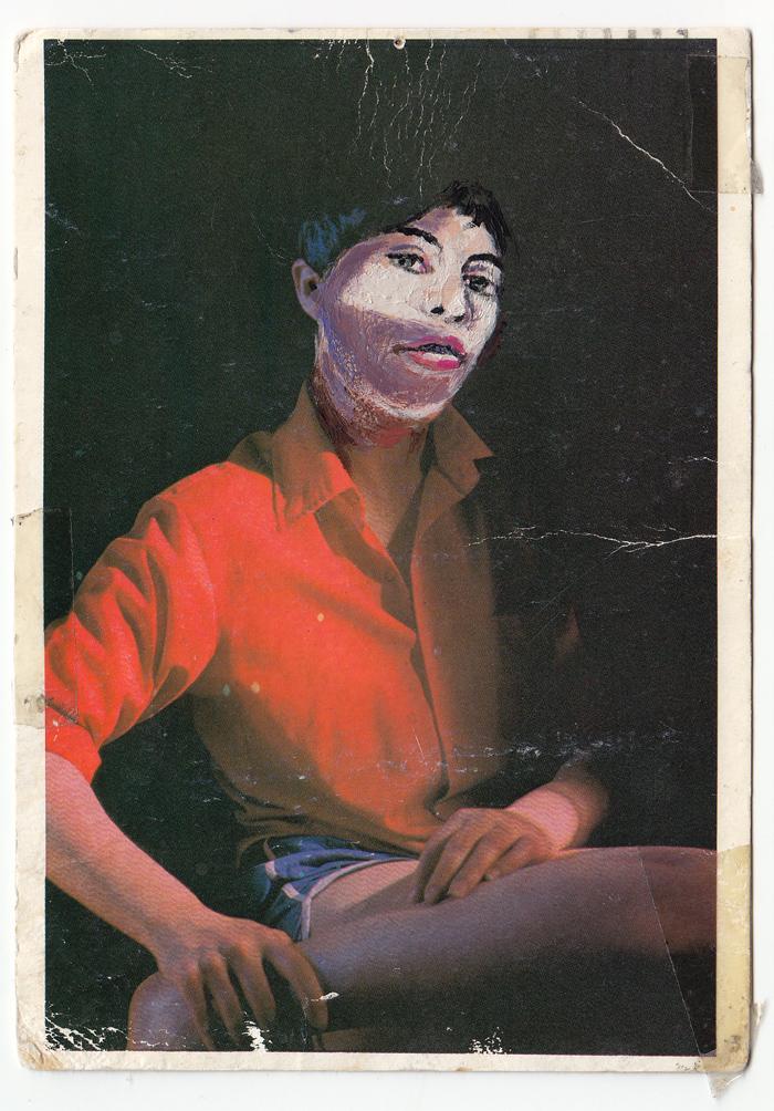 איריסיה קובליו, פורטרט עצמי באקריליק, מעל גבי גלויה עם עבודה של סינדי שרמן, 2012