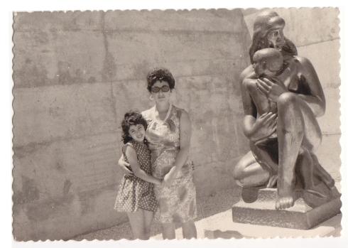 עם אמא ופסל.jpg