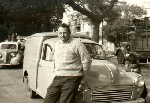 אבא עם מכונית המוריס.jpg